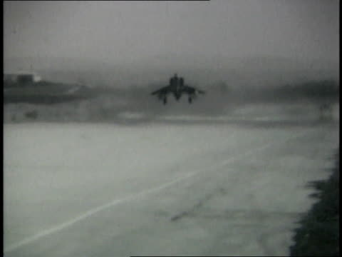 israeli fighter jets taxiing and taking off from base - sechstagekrieg stock-videos und b-roll-filmmaterial