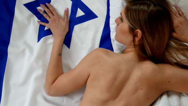 israelische flagge von einer schönen frau verehrt - judaism stock-videos und b-roll-filmmaterial