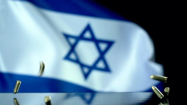 bandiera israeliana dietro proiettili che cadono al rallentatore - soldato video stock e b–roll