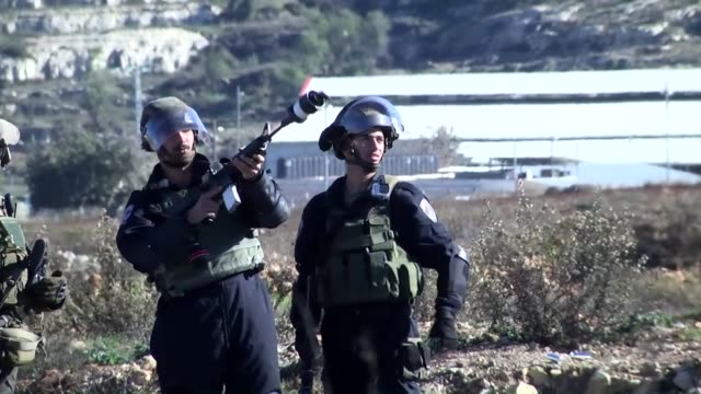 vídeos de stock, filmes e b-roll de israeli forces attack palestinian protesters during a demonstration against israeli government's violations over palestinians and alaqsa mosque... - ramallah
