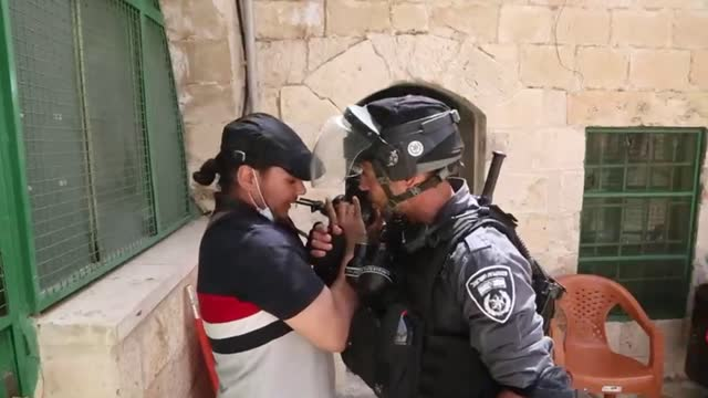 israeli forces attacked journalists at al-aqsa mosque as they were covering events at the holy site, according to an anadolu agency reporter on the... - journalist bildbanksvideor och videomaterial från bakom kulisserna