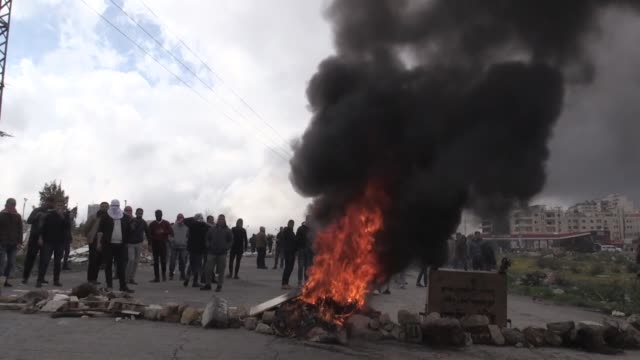 stockvideo's en b-roll-footage met israeli forces clash with birzeit university students who protest the killing of two palestinians on march 04 2019 in ramallah west bank israeli... - israëlisch leger
