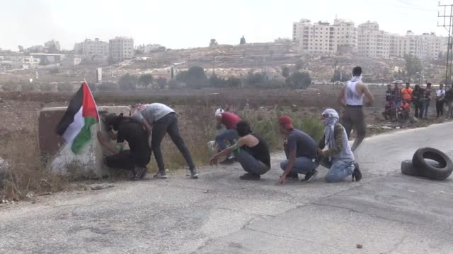 vídeos de stock, filmes e b-roll de israeli forces clash with palestinian students from birzeit university who stage a protest over the death of palestinian detainee bassam alsaysh in... - ramallah