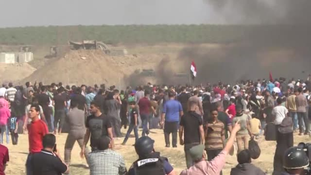 """israeli forces clash with palestinians as they continue to rally as part of the """"great march of return"""" near the gaza-israel border on may 11, 2018... - 2018年ガザ地区国境抗議点の映像素材/bロール"""