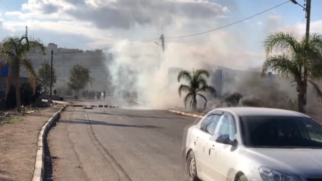 stockvideo's en b-roll-footage met israeli forces clash with palestinians in nablus on november 30 2017 during a protest after a palestinian man was killed thursday by jewish settlers... - israëlisch palestijns conflict