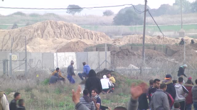 stockvideo's en b-roll-footage met israeli forces clash with palestinians who protest us president donald trump's recent decision to recognize jerusalem as israel's capital on december... - israëlisch palestijns conflict