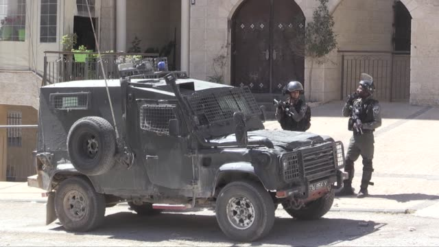 vídeos de stock, filmes e b-roll de israeli forces fire tear gas cannisters at palestinian during a raid at batn al hava neighbourhood of ramallah west bank on september 25 2019 - ramallah