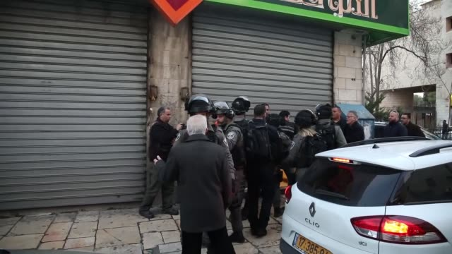 stockvideo's en b-roll-footage met israeli forces intervene the demonstrators during a protest against us president donald trump's announcement to recognize jerusalem as the capital of... - oost jeruzalem