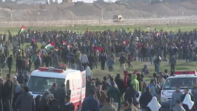 israeli forces intervene to palestinians with tear gas canisters during israeli forces' intervention to great march of return demonstration in... - bombola video stock e b–roll