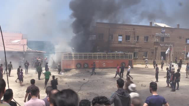 """israeli forces on monday bombed a seas side cafe in gaza. israeli planes carried out an airstrike on the """"maldives"""" cafe on the coast. some vehicles... - striscia di gaza video stock e b–roll"""