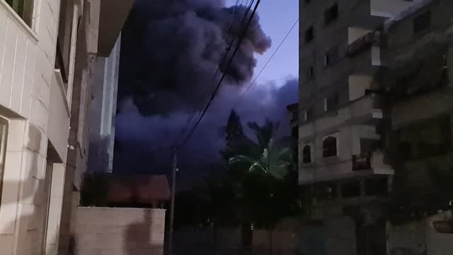 israeli military jets continue to bomb various locations of gaza on tuesday. lately a residential building being collapsed after israeli airstrike... - striscia di gaza video stock e b–roll