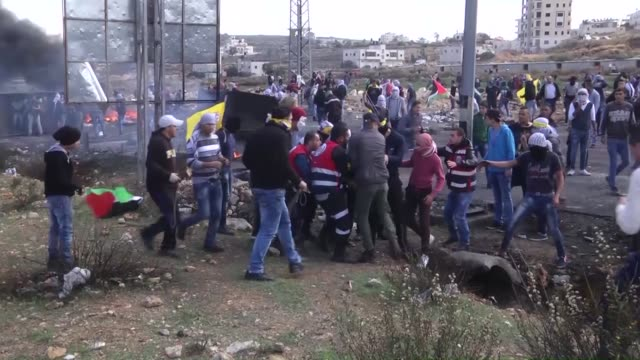 vídeos de stock, filmes e b-roll de israeli police intervene palestinian protestors who protest against israeli government's violations on jerusalem and westbank in beit al neighborhood... - ramallah