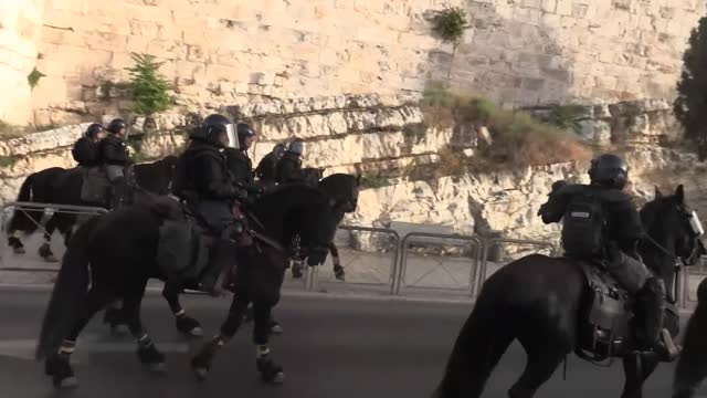 israeli police on sunday took tight security measures around damascus gate in jerusalem where clashes took place for several days. palestinian youth... - イスラエルパレスチナ問題点の映像素材/bロール