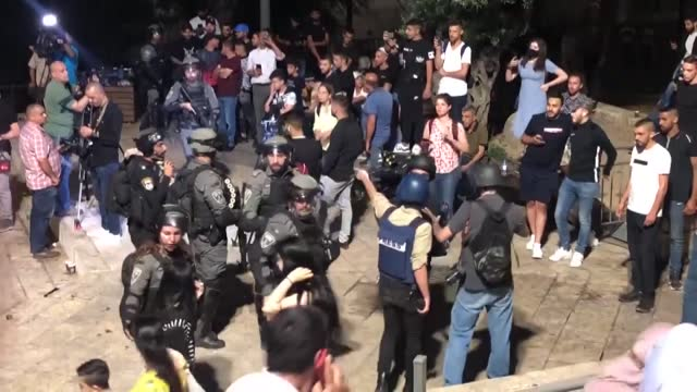stockvideo's en b-roll-footage met israeli police on sunday used stun grenades for a second night to disperse palestinians gathered at the damascus gate in the old city of occupied... - bom