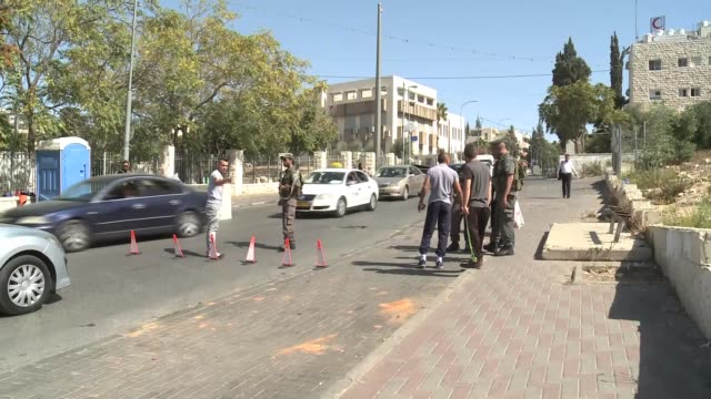 vídeos y material grabado en eventos de stock de israeli police stand guard at a checkpoint formed at a street in east jerusalem on october 15 2015 the israeli army plans to erect the... - israel