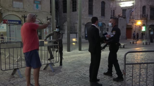 israeli policemen prevent passage of religious jews at a checkpoint in jaffa gate as israel enters a new coronavirus lockdown on september 18 2020 in... - blocco stradale video stock e b–roll