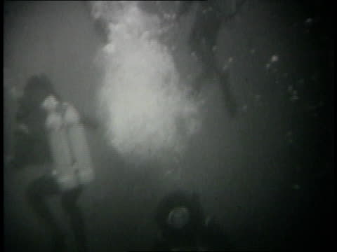 israeli scuba divers attaching time bombs to undersea pilings of egyptian naval base at alexandria harbor - sechstagekrieg stock-videos und b-roll-filmmaterial