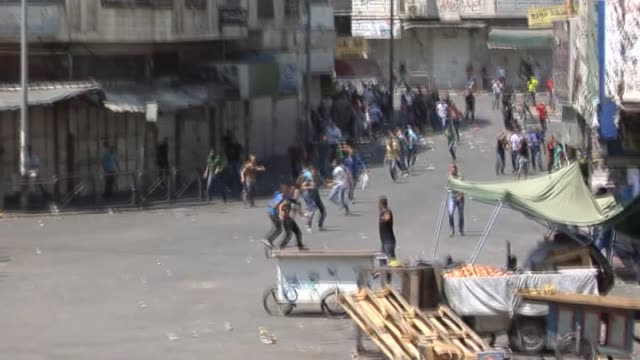stockvideo's en b-roll-footage met israeli security forces clash with palestinians as they march during a rally in solidarity with the embattled gaza strip following the friday prayer... - israëlisch leger