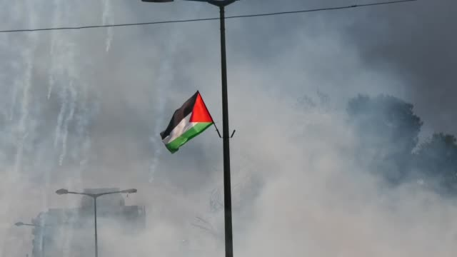 vídeos de stock e filmes b-roll de israeli security forces clash with palestinians during a protest against the socalled 'deal of the century' on january 29 2020 in the west bank city... - israel