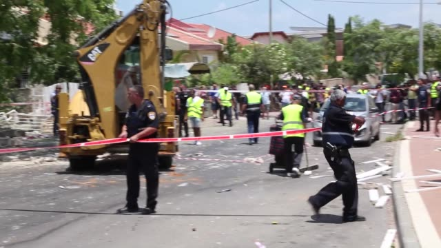 israeli security forces inspect the destroyed building in an airstrike staged by gaza army in ashdod israel on july 14 2014 footage by nir kafri - forze armate israeliane video stock e b–roll