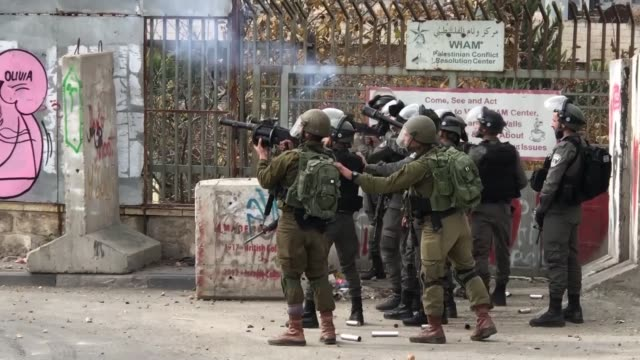 stockvideo's en b-roll-footage met israeli security forces intervene protesters with tear gas during a demonstration against us president donald trump's recognition of jerusalem as... - israëlisch palestijns conflict
