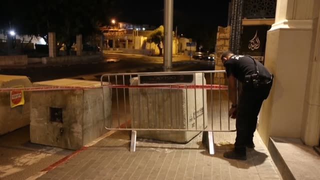 israeli security forces stand guard behind a barrier placed on a road linking east and west jerusalem on october 8 to enforce security ahead of yom... - ヨムキプール点の映像素材/bロール