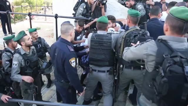 vídeos de stock e filmes b-roll de israeli security forces take demonstrators into custody as palestinians stage a protest against us decision to relocate the us embassy from tel aviv... - embaixada dos eua