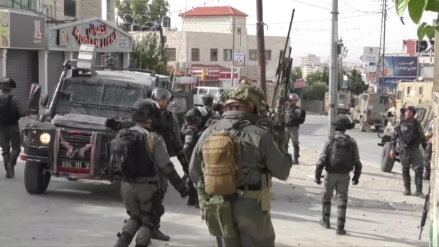 israeli soldiers clash with palestinians as they raid the amari refugee camp near ramallah west bank on may 28 2018 israeli forces rounded up 11... - soldat stock-videos und b-roll-filmmaterial