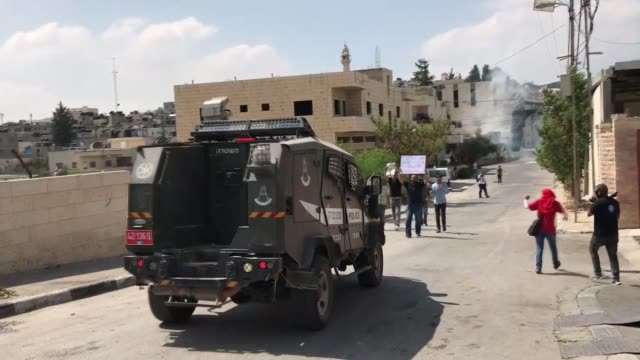 israeli soldiers clash with palestinians who protest expropriation of palestinian land by israel and the wall of shame the separation barrier between... - soldat stock-videos und b-roll-filmmaterial