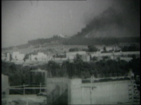 vidéos et rushes de israeli soldiers driving tanks and trucks and guns firing - 1967