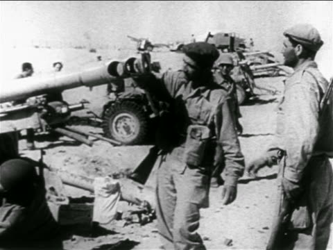 israeli soldiers looking at captured antiaircraft guns in desert / suez crisis /middle east - flugabwehr stock-videos und b-roll-filmmaterial