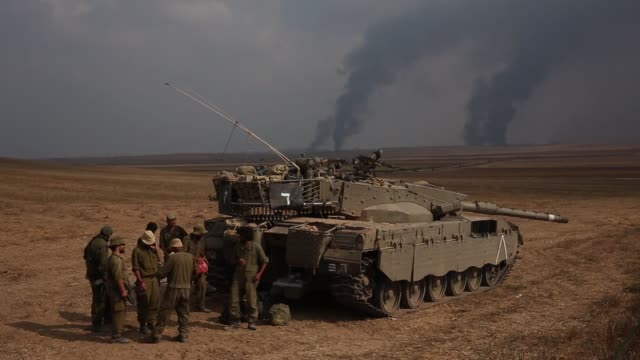 israeli soldiers standing next to tank, close to the gaza strip. 42 israeli soldiers and over 1,000 palestinians have been killed as the israeli... - イスラエルパレスチナ問題点の映像素材/bロール