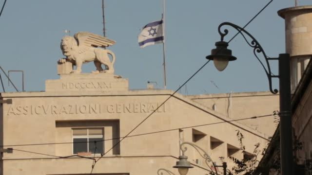 israeli star of david flag flying above building in jerusalem - gesamtansicht stock-videos und b-roll-filmmaterial