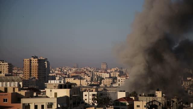 israeli warplanes and artillery units continued pounding attacks on gaza on saturday, local sources on the ground told anadolu agency. israeli... - striscia di gaza video stock e b–roll