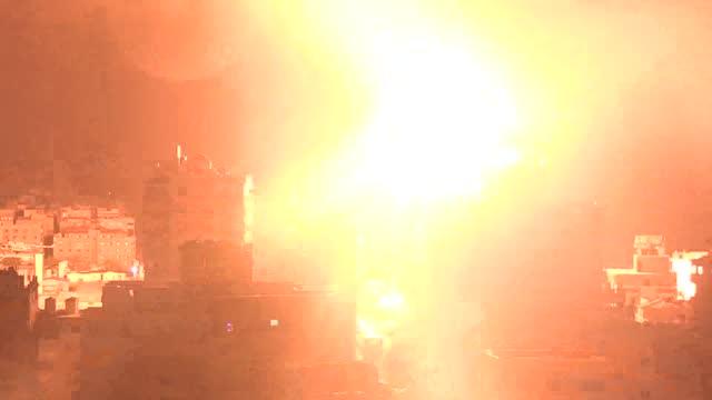 israeli warplanes night resumed airstrikes on the blockaded gaza strip early monday . targeting various points, the israeli attacks caused heavy... - striscia di gaza video stock e b–roll