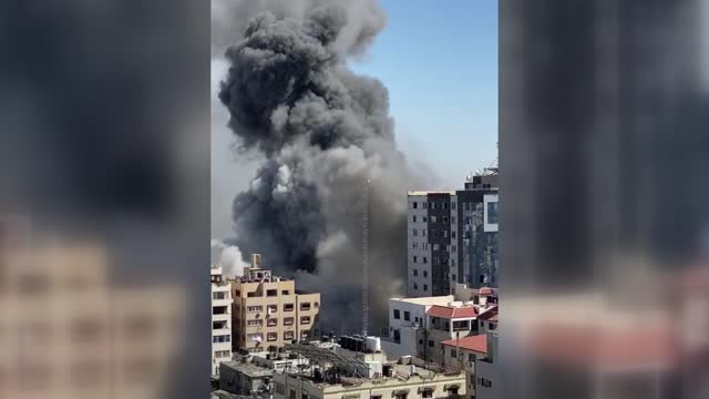 israeli warplanes on saturday destroyed a building in gaza city with offices of various media groups, including al jazeera and the associated press.... - ガザ地区点の映像素材/bロール
