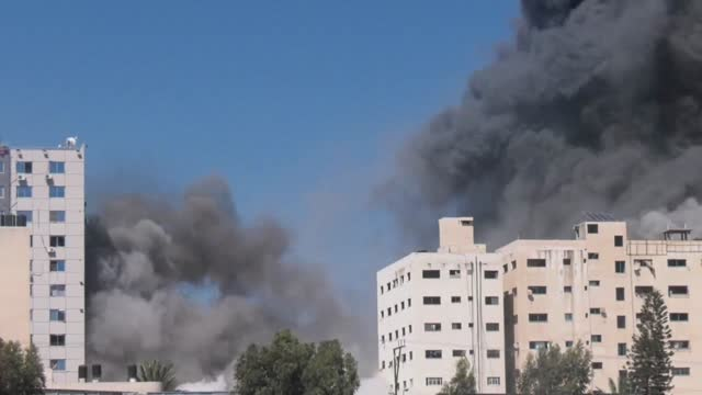 israeli warplanes on saturday destroyed a building in gaza city with offices of various media groups, including al jazeera and the associated press.... - striscia di gaza video stock e b–roll