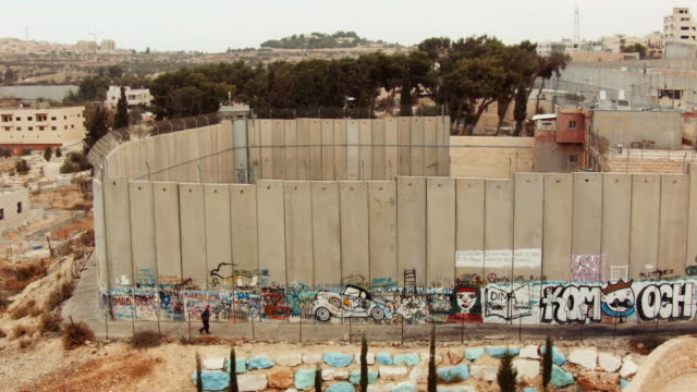 vídeos de stock e filmes b-roll de israeli west bank barrier in bethlehem seen from above - muro circundante