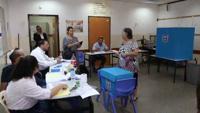 stockvideo's en b-roll-footage met israelis began casting their ballots for the country's early parliamentary elections on tuesday morning israel is holding its second general... - stembus