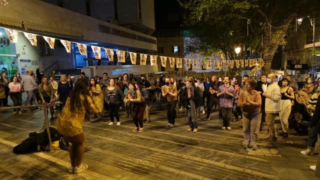 israelis take part in an african dance workshop during the annual shaon horef open culture festival on march 10 in jerusalem, israel. following... - israel bildbanksvideor och videomaterial från bakom kulisserna