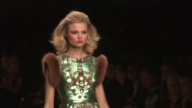vídeos de stock, filmes e b-roll de issa london london fashion week autumn/winter 2012 at somerset house on february 18 2012 in london england issa london london fashion week... - semana da moda de londres
