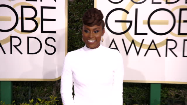 issa rae at the 74th annual golden globe awards arrivals at the beverly hilton hotel on january 08 2017 in beverly hills california 4k - ビバリーヒルトンホテル点の映像素材/bロール