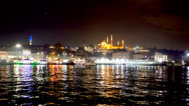 vídeos de stock e filmes b-roll de istanbul and golden horn at night, with the suleymaniye mosque. view from galata bridge - istambul