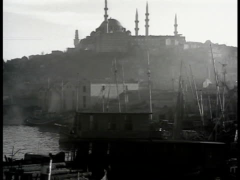 vidéos et rushes de istanbul harbor golden horn. minaret. dome of minaret. int turkish men in prayer in mosque bowing heads to ground. vs men praying. vs man sitting... - istanbul