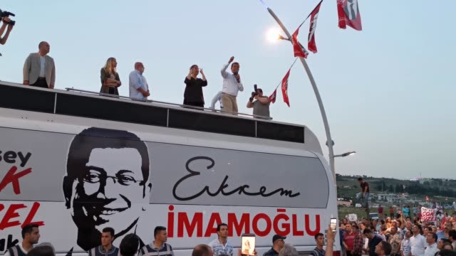 istanbul mayoral candidate ekrem imamoglu of the republican people's party speaks to supporters from the roof of his campaign bus during a rally on... - nutzfahrzeug stock-videos und b-roll-filmmaterial