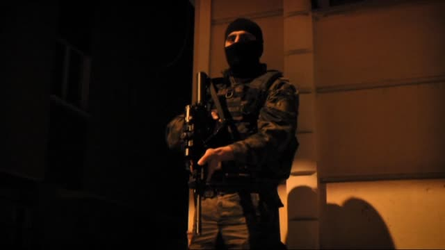 vídeos y material grabado en eventos de stock de istanbul police department's anti-terrorism unit conduct a riot and special operation supported anti-terror operation in 16 districts in istanbul,... - oriente medio
