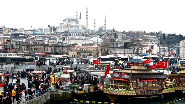 曇りの日にイスタンブールのスカイライン - トルコ国旗点の映像素材/bロール