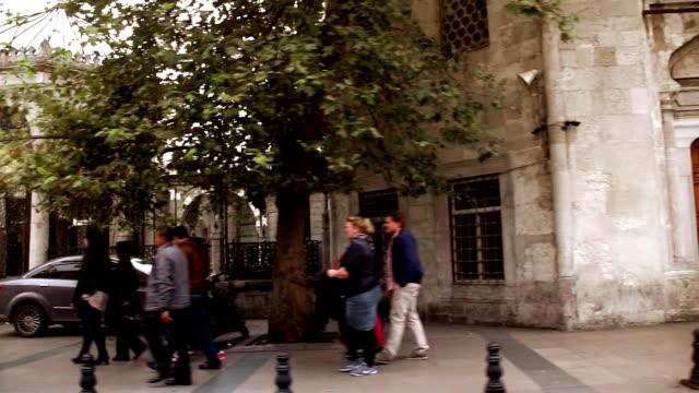 vídeos de stock, filmes e b-roll de istambul street pan câmera lenta - veículo terrestre comercial