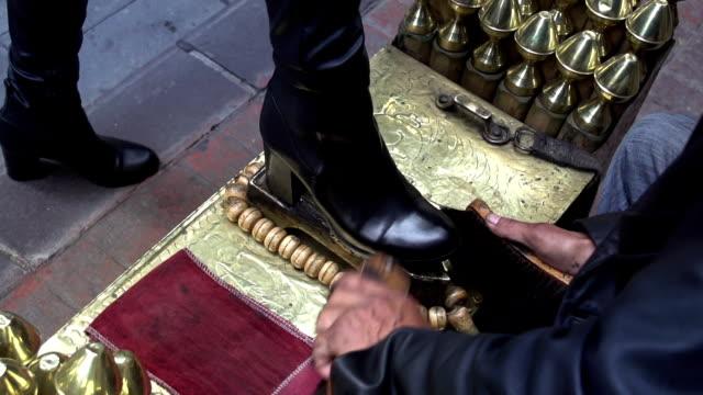 istanbul street shoeblack - piede umano video stock e b–roll
