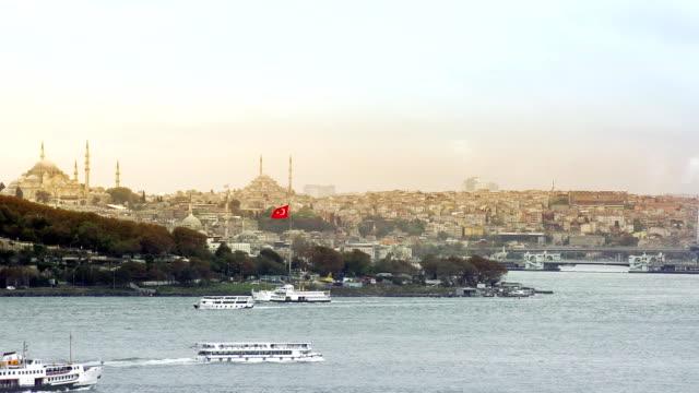 vidéos et rushes de istanbul, en turquie, vue sur la mosquée - drapeau turc